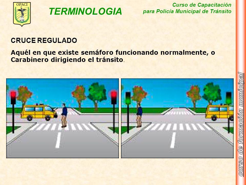 Curso de Capacitación para Policía Municipal de Tránsito TERMINOLOGIA CRUCE REGULADO Aquél en que existe semáforo funcionando normalmente, o Carabiner