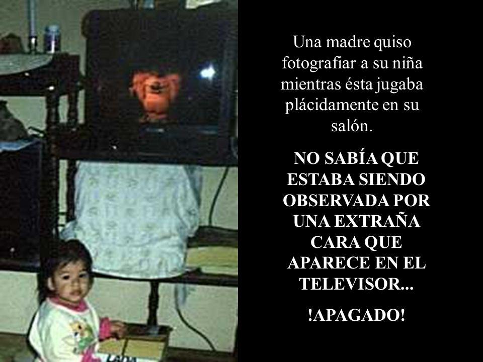 Una madre quiso fotografiar a su niña mientras ésta jugaba plácidamente en su salón.