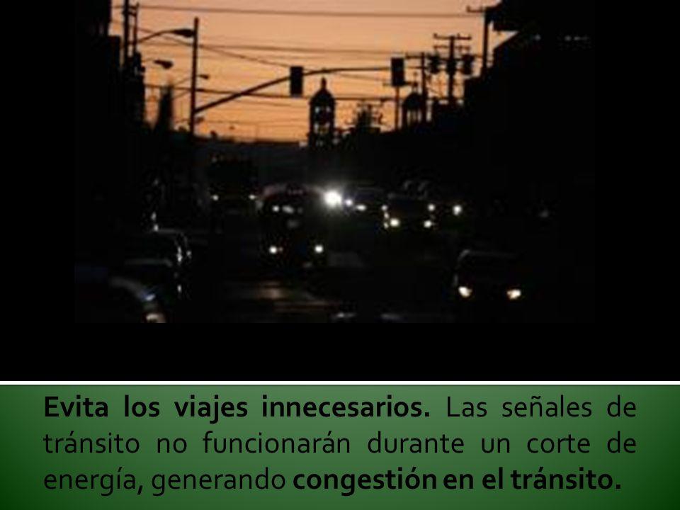 Evita los viajes innecesarios. Las señales de tránsito no funcionarán durante un corte de energía, generando congestión en el tránsito.