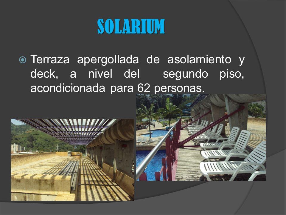 SOLARIUM Terraza apergollada de asolamiento y deck, a nivel del segundo piso, acondicionada para 62 personas.
