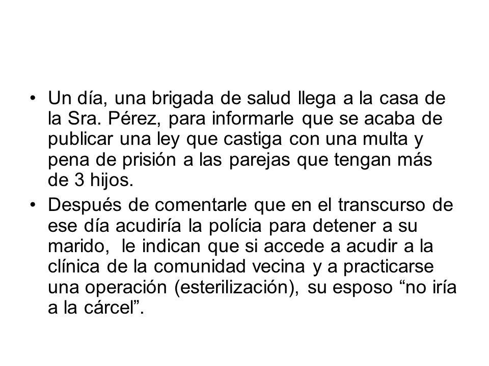Un día, una brigada de salud llega a la casa de la Sra. Pérez, para informarle que se acaba de publicar una ley que castiga con una multa y pena de pr