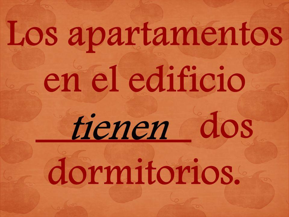 Los apartamentos en el edificio ________ dos dormitorios. tienen