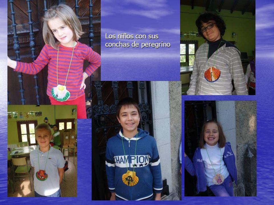 Los niños con sus conchas de peregrino