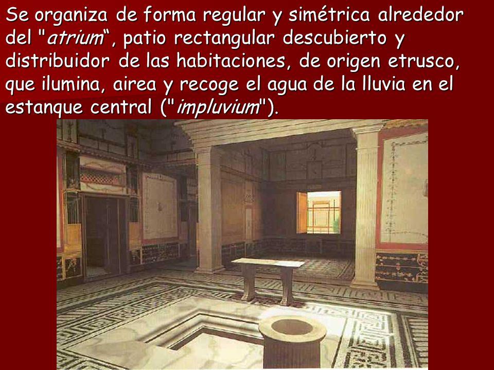 Se organiza de forma regular y simétrica alrededor del atrium, patio rectangular descubierto y distribuidor de las habitaciones, de origen etrusco, que ilumina, airea y recoge el agua de la lluvia en el estanque central ( impluvium ).