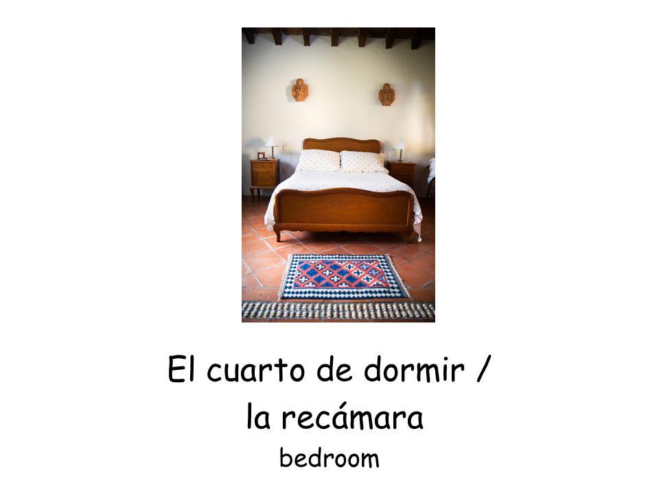 El cuarto de dormir / la recámara bedroom