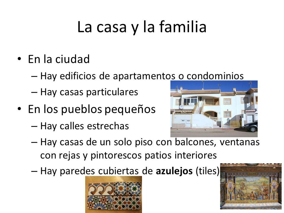 La casa y la familia En la ciudad – Hay edificios de apartamentos o condominios – Hay casas particulares En los pueblos pequeños – Hay calles estrecha