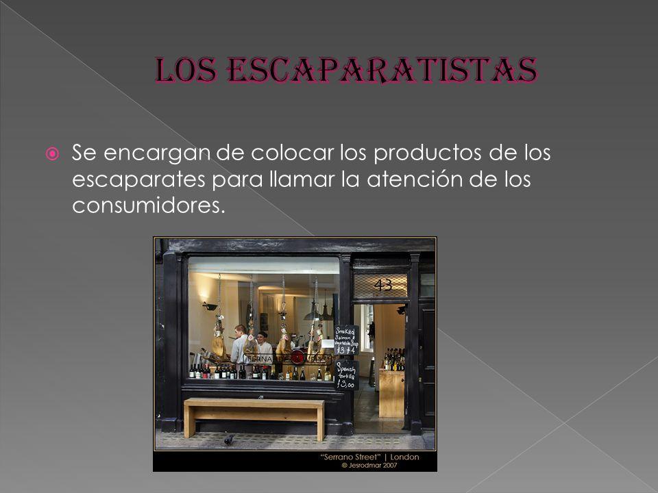 Se encargan de colocar los productos de los escaparates para llamar la atención de los consumidores.