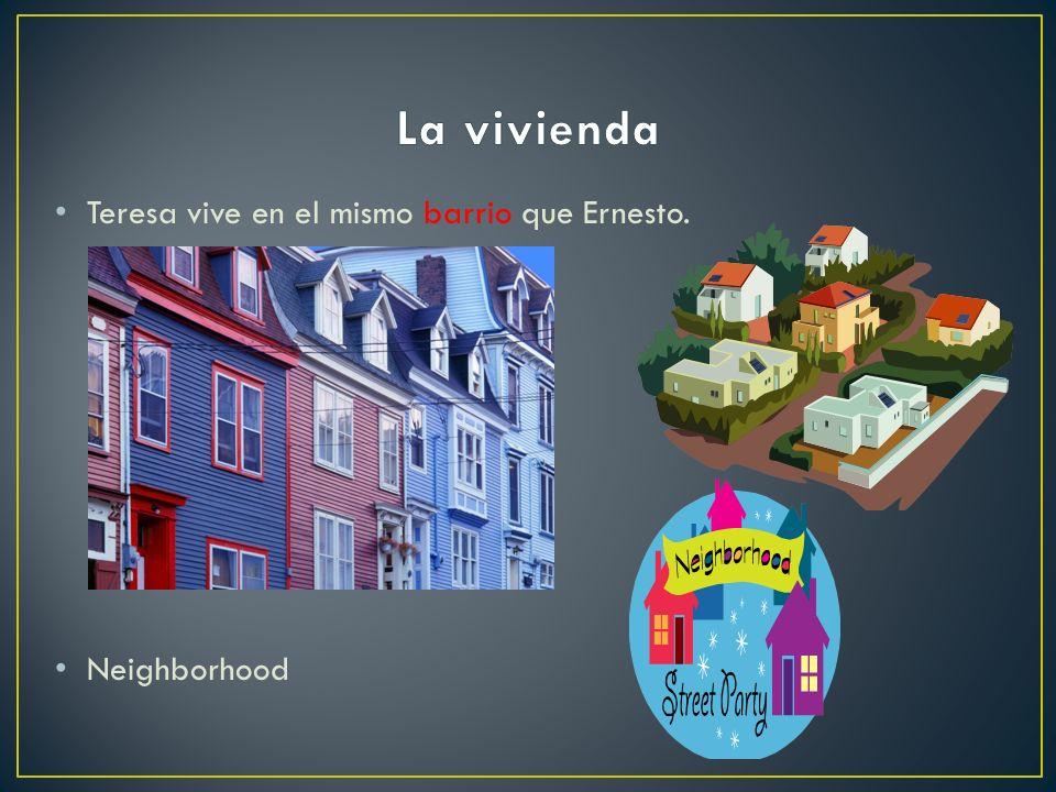 Carlos vive en el edificio de apartamentos al frente de la escuela. Apartment building