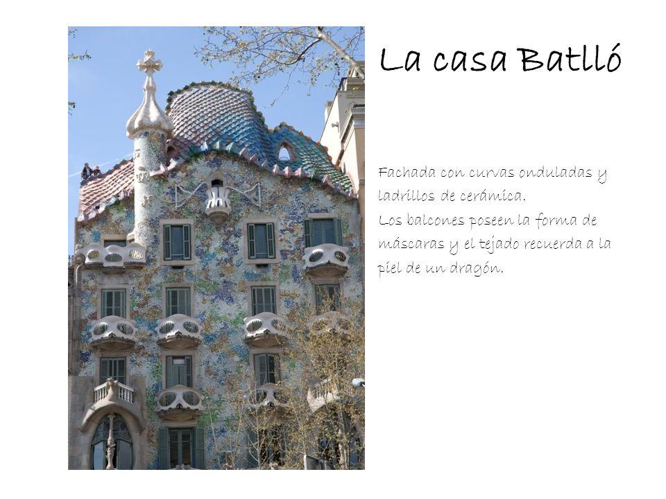 La casa Batlló Fachada con curvas onduladas y ladrillos de cerámica. Los balcones poseen la forma de máscaras y el tejado recuerda a la piel de un dra