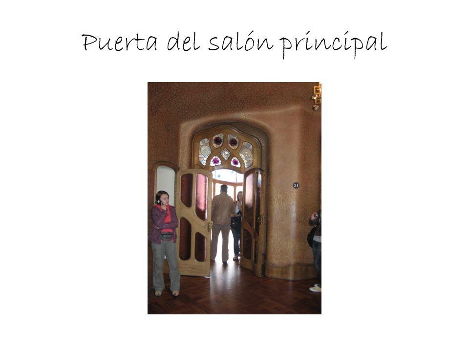 Puerta del salón principal