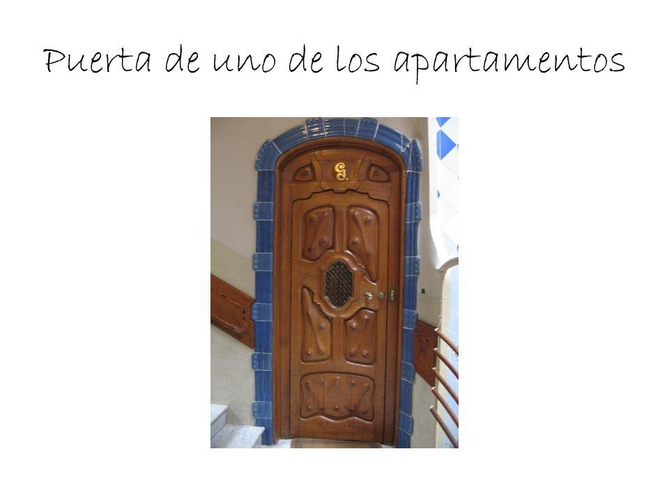 Puerta de uno de los apartamentos
