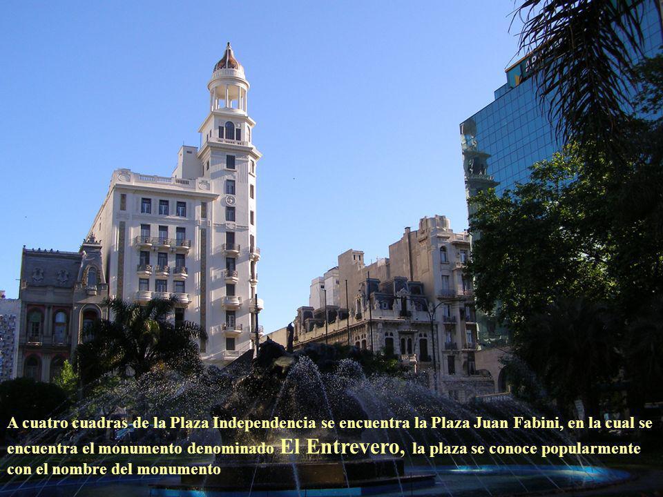 La Av. 18 de Julio nace en la Plaza Independencia, en el límite con la Ciudad Vieja y termina donde se encuentra erigido el Obelisco a los Constituyen