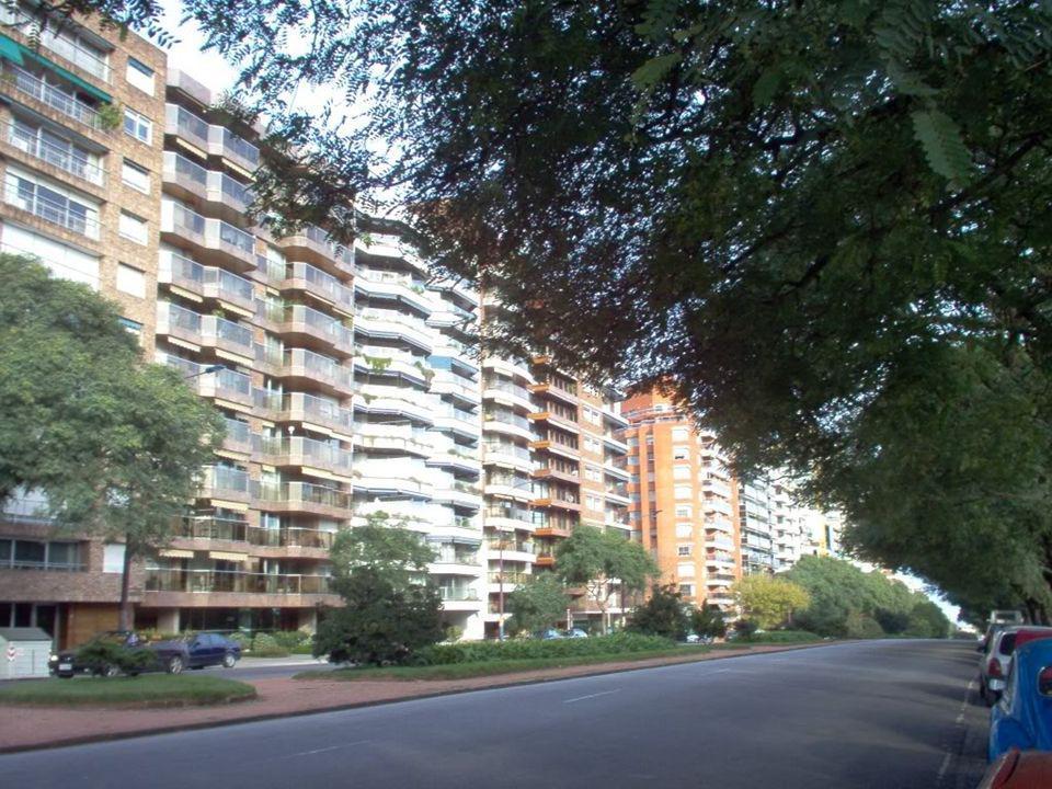El barrio de Pocitos es conglomerado de edificios de apartamentos de clase alta y media alta.