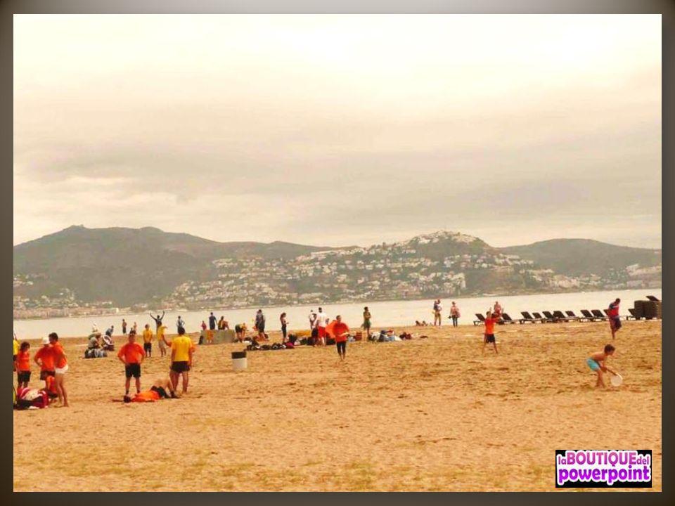 La costa del municipio de Rosas incluye una larga playa de arena y más hacia el este un gran número de calas.