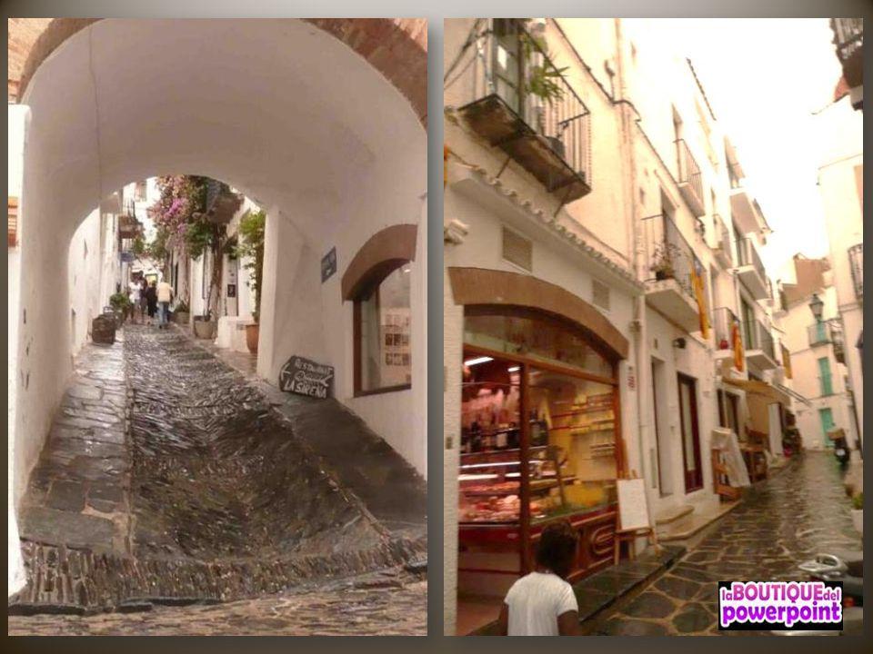 Sus calles pequeñas, estrechas y sus casas típicas pintadas de blanco hacen de Cadaqués una villa con un gran encanto pintoresco.