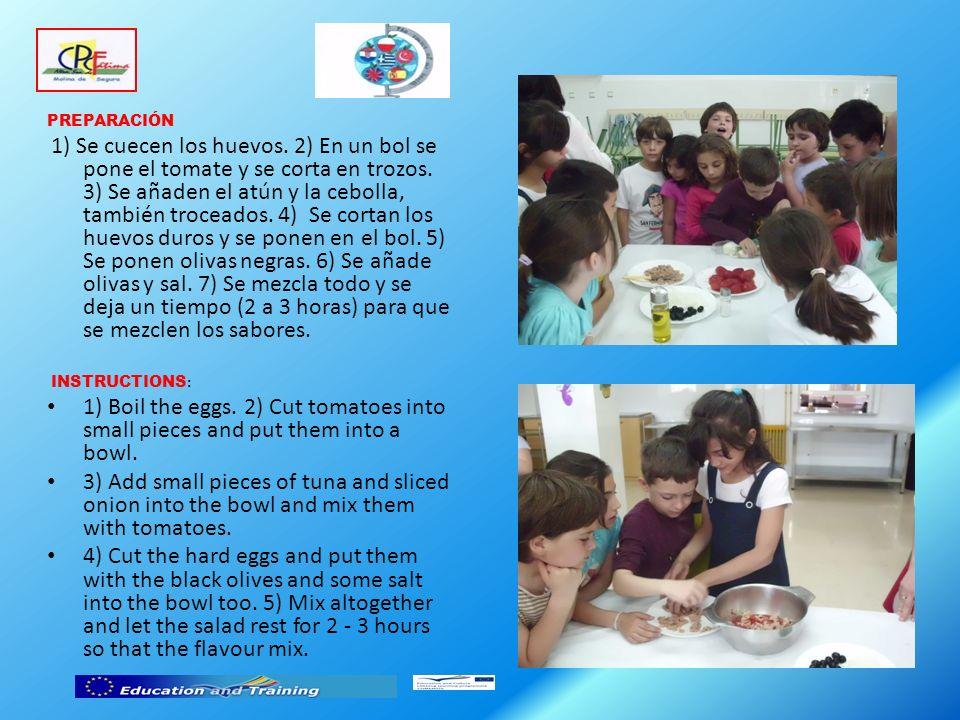 PREPARACIÓN 1) Se cuecen los huevos. 2) En un bol se pone el tomate y se corta en trozos.