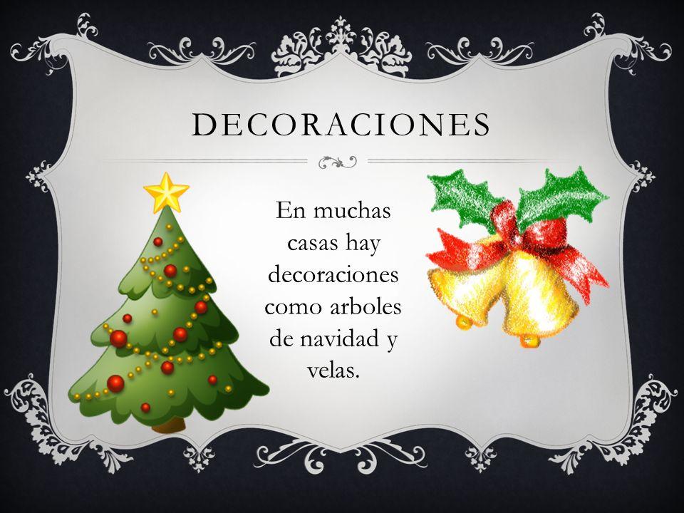 DECORACIONES En muchas casas hay decoraciones como arboles de navidad y velas.