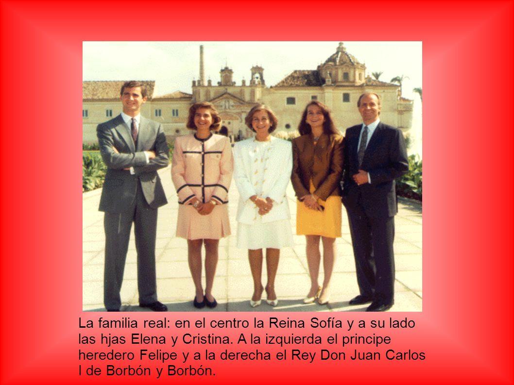 La familia real: en el centro la Reina Sofía y a su lado las hjas Elena y Cristina. A la izquierda el principe heredero Felipe y a la derecha el Rey D