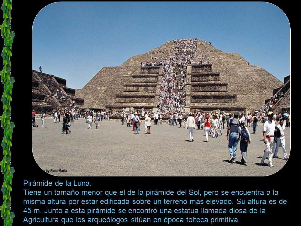 Pueblo de san juan teotihuacan. (al fondo las piramides)