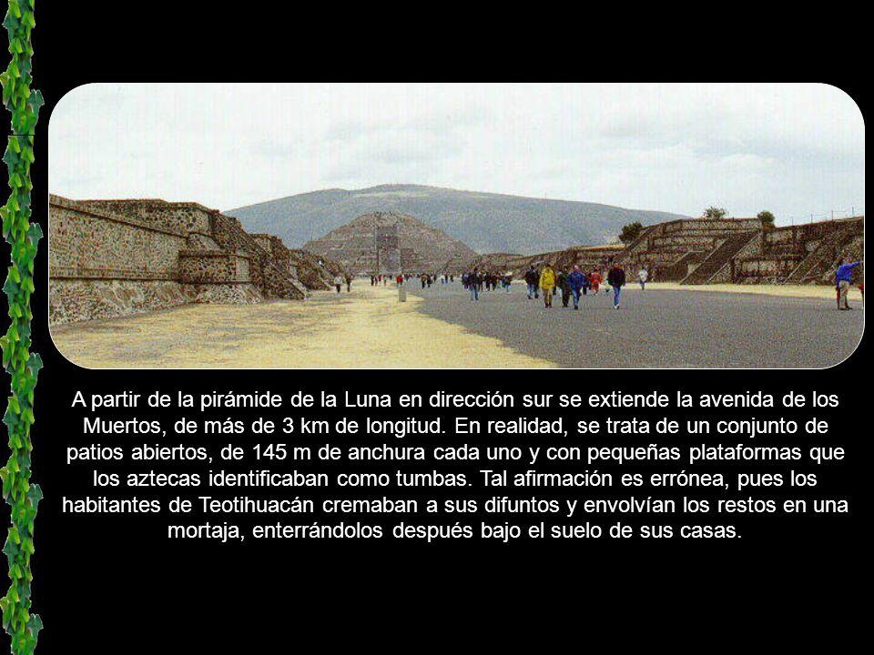 Pirámide de la Luna. Tiene un tamaño menor que el de la pirámide del Sol, pero se encuentra a la misma altura por estar edificada sobre un terreno más