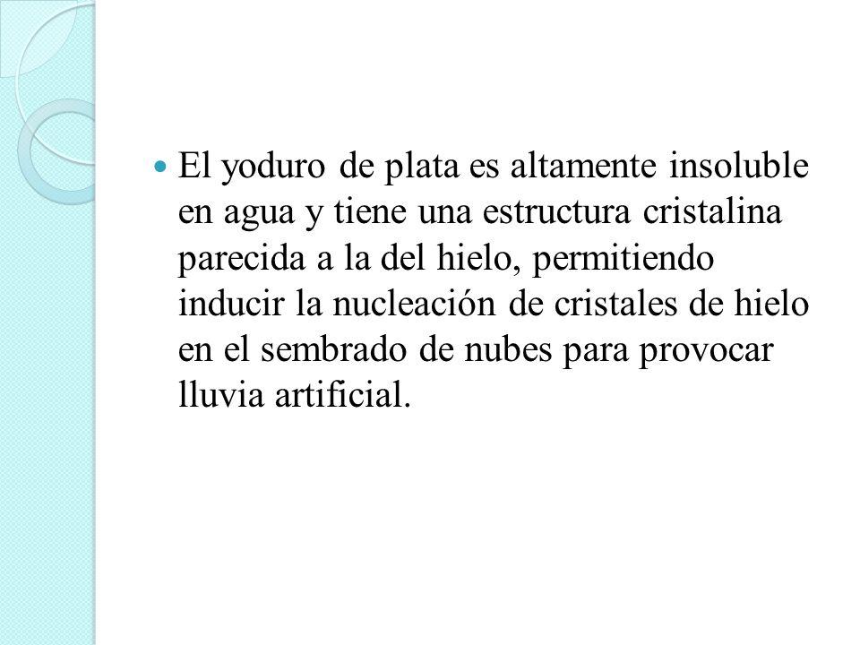 El yoduro de plata es altamente insoluble en agua y tiene una estructura cristalina parecida a la del hielo, permitiendo inducir la nucleación de cris