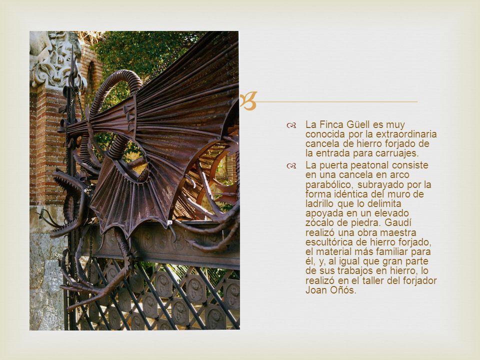 La Finca Güell es muy conocida por la extraordinaria cancela de hierro forjado de la entrada para carruajes. La puerta peatonal consiste en una cancel
