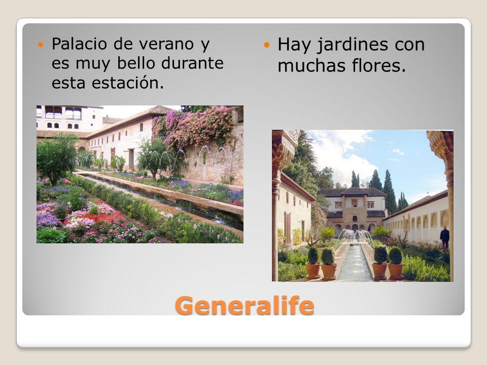 Generalife Palacio de verano y es muy bello durante esta estación. Hay jardines con muchas flores.