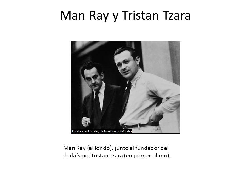 Man Ray y Tristan Tzara Man Ray (al fondo), junto al fundador del dadaísmo, Tristan Tzara (en primer plano).