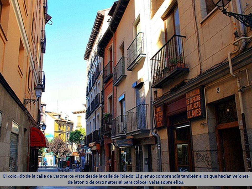 El colorido de la calle de Latoneros vista desde la calle de Toledo.