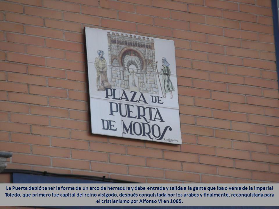 Aquí estuvo la medieval Puerta de Moros, convertida hoy en una pequeña Plaza.