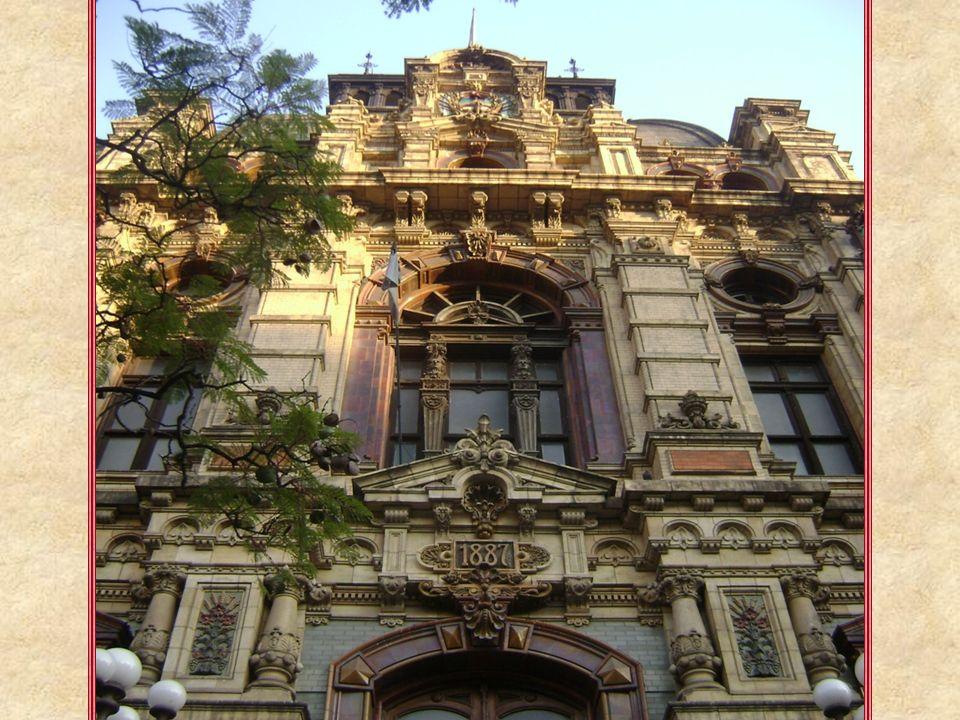 La construcción de este magnífico edificio comenzó en 1887 y se terminó en 1894, cuando fue inaugurado. Este ecléctico edificio, emparentado formalmen