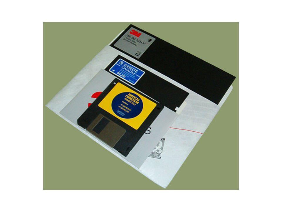 CD-ROM y WORM CD-ROM La información se almacena en un disco compacto o compact disc (CD) en forma digital, de modo semejante a los de audio.