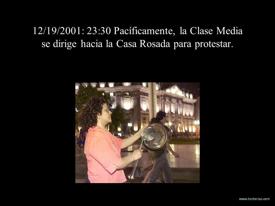www.tonterias.com 12/19/2001: 23:30 Pacíficamente, la Clase Media se dirige hacia la Casa Rosada para protestar.