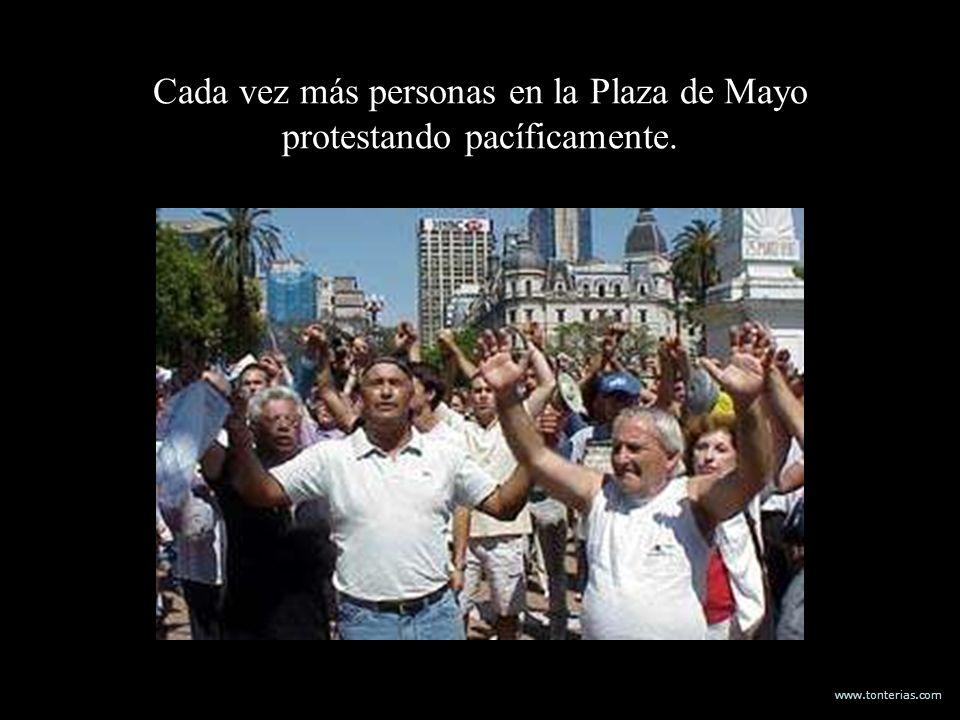 www.tonterias.com Cada vez más personas en la Plaza de Mayo protestando pacíficamente.
