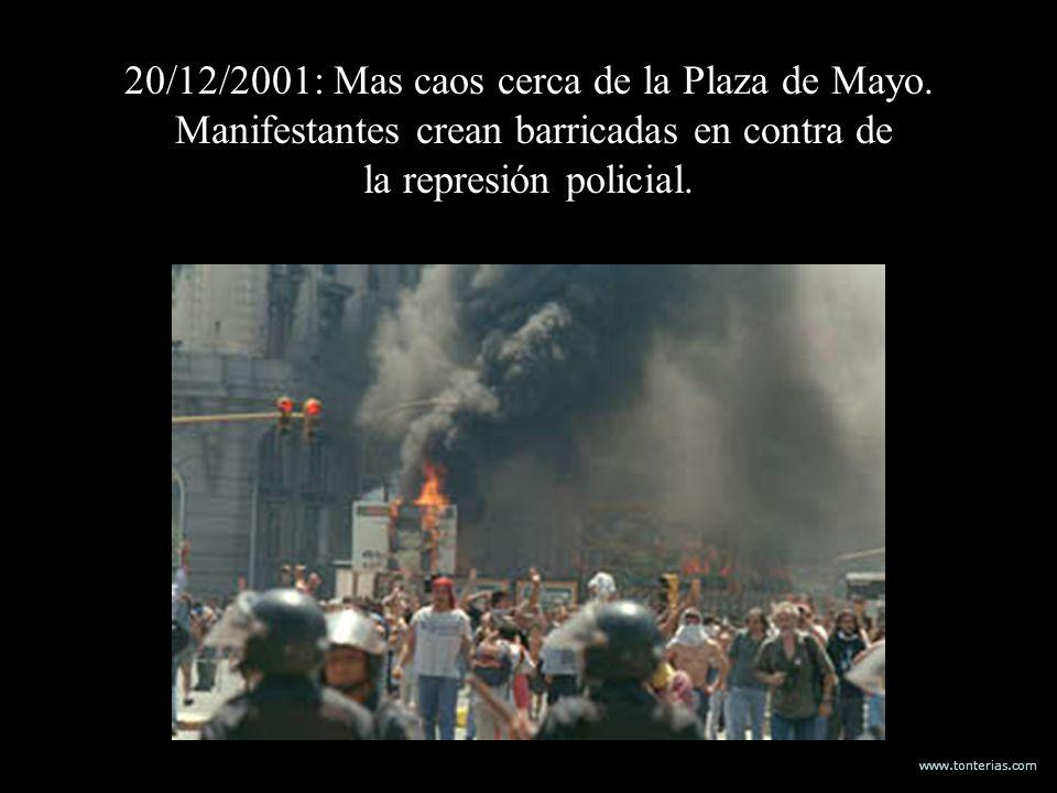 www.tonterias.com 20/12/2001: Mas caos cerca de la Plaza de Mayo. Manifestantes crean barricadas en contra de la represión policial.