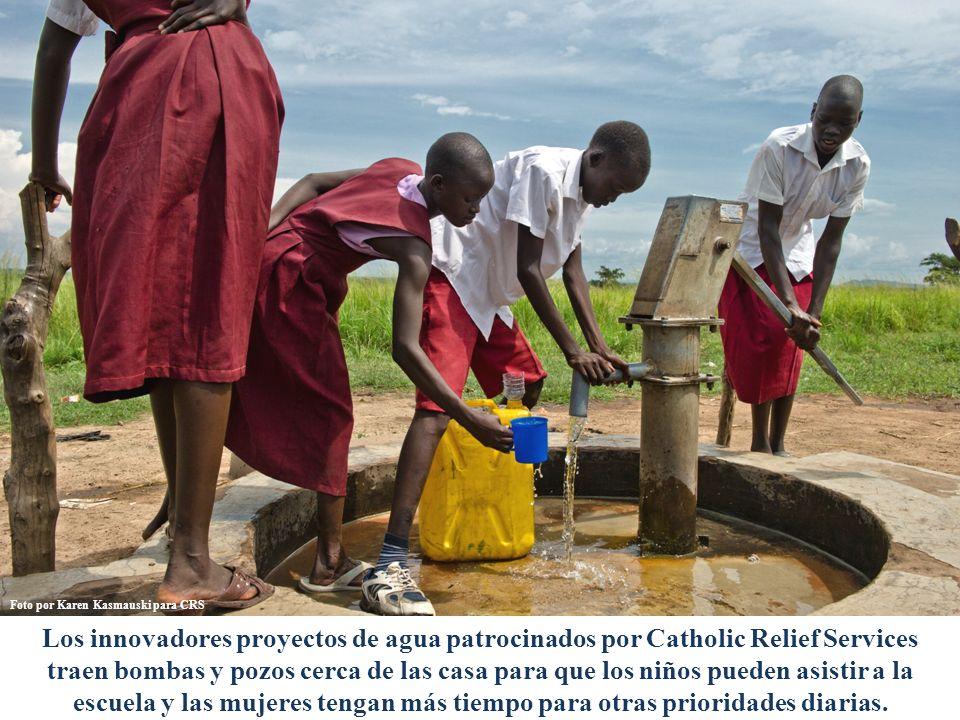 Los innovadores proyectos de agua patrocinados por Catholic Relief Services traen bombas y pozos cerca de las casa para que los niños pueden asistir a