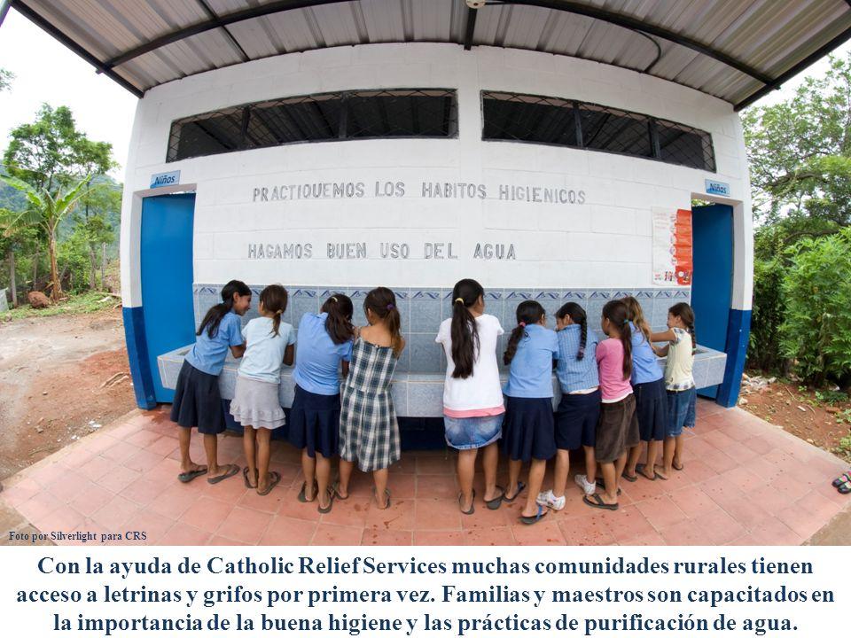 Con la ayuda de Catholic Relief Services muchas comunidades rurales tienen acceso a letrinas y grifos por primera vez. Familias y maestros son capacit