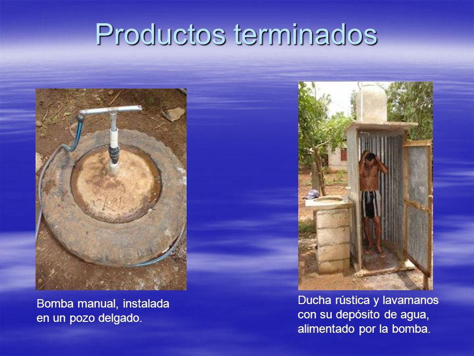 Productos terminados Bomba manual, instalada en un pozo delgado. Ducha rústica y lavamanos con su depósito de agua, alimentado por la bomba.