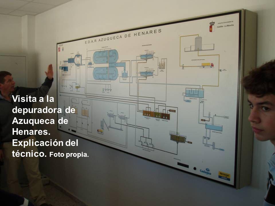 Visita a la depuradora de Azuqueca de Henares. Explicación del técnico. Foto propia.