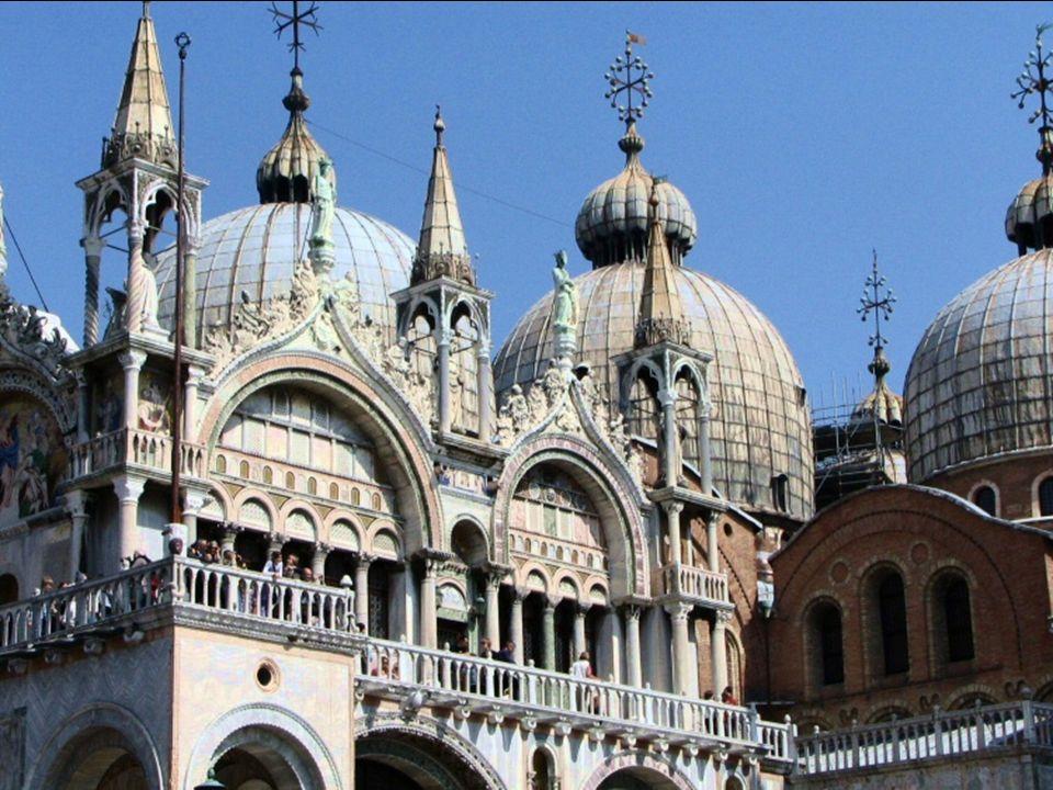 Basílica de San Marcos en Venecia. Muestra varios estilos predominando el bizantino.