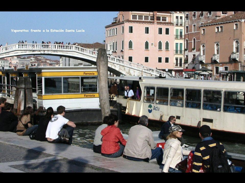 En los canales de Venecia, circulan los vaporettos que son el equivalente a los autobuses en las calles de cualquier otra ciudad como París o Roma.