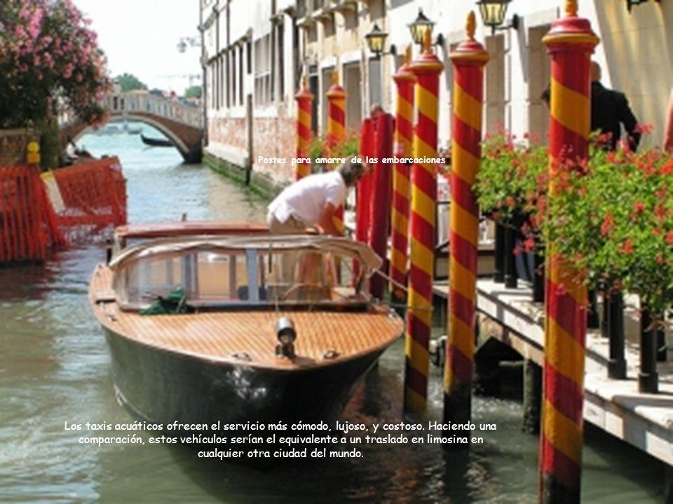 Vaporetto navegando en el Gran Canal Se usa como transportarte entre las distintas Islas de Venecia, evitando tener que pagar por un costoso taxi acuático