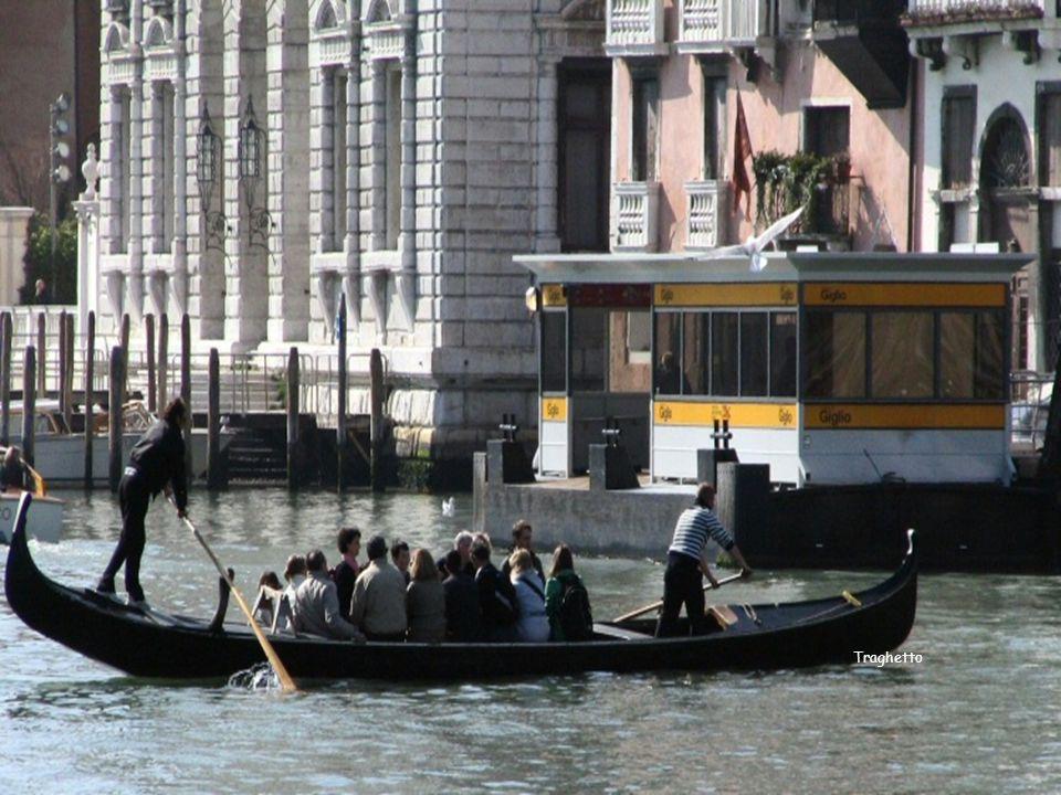 Un traghetto es un bote muy parecido a las góndolas usadas para pasear a los turistas.