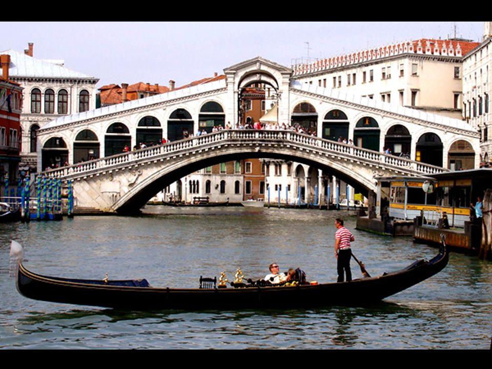 En épocas pasadas, las góndolas eran parte esencial para los habitantes de Venecia, quienes tenían que usar los servicios de los gondoleros para trans