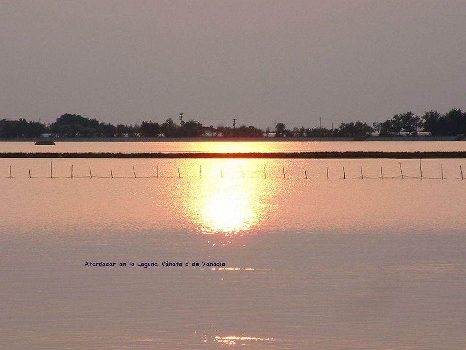 Siempre rodeada de mitos y supersticiones, la Laguna de Venecia o Laguna Véneta, sólo era frecuentada por pescadores y cazadores.
