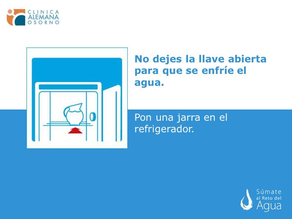 No dejes la llave abierta para que se enfríe el agua. Pon una jarra en el refrigerador.