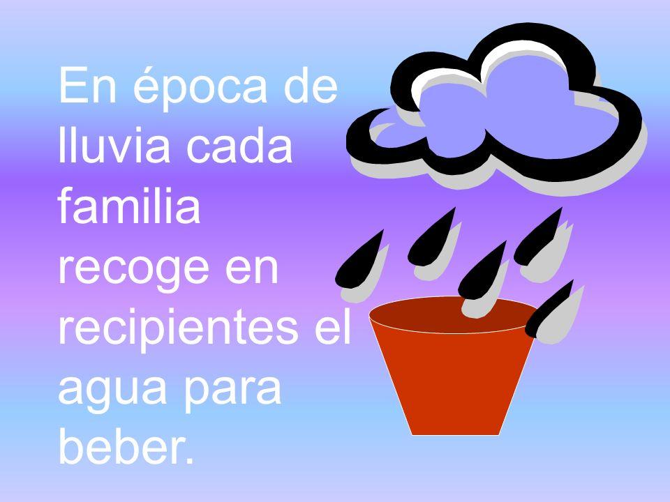 En época de lluvia cada familia recoge en recipientes el agua para beber.