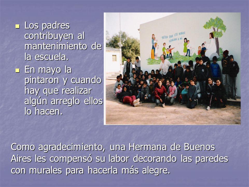 Los padres contribuyen al mantenimiento de la escuela.