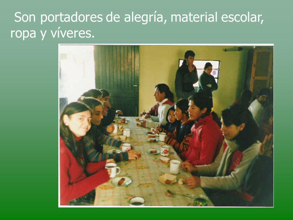 Son portadores de alegría, material escolar, ropa y víveres.