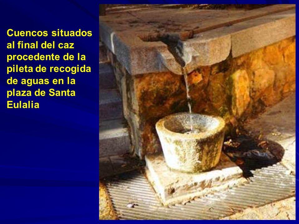 Pileta de recogida de aguas adosada a la pared en la plaza de Santa Eulalia